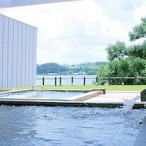 水辺のホテル 小さな白い花のお風呂