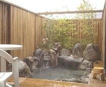 貸別荘「柊」の天然温泉露天風呂