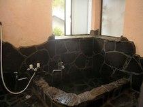 貸別荘 湯布院ウッディハウスFの天然温泉の岩風呂